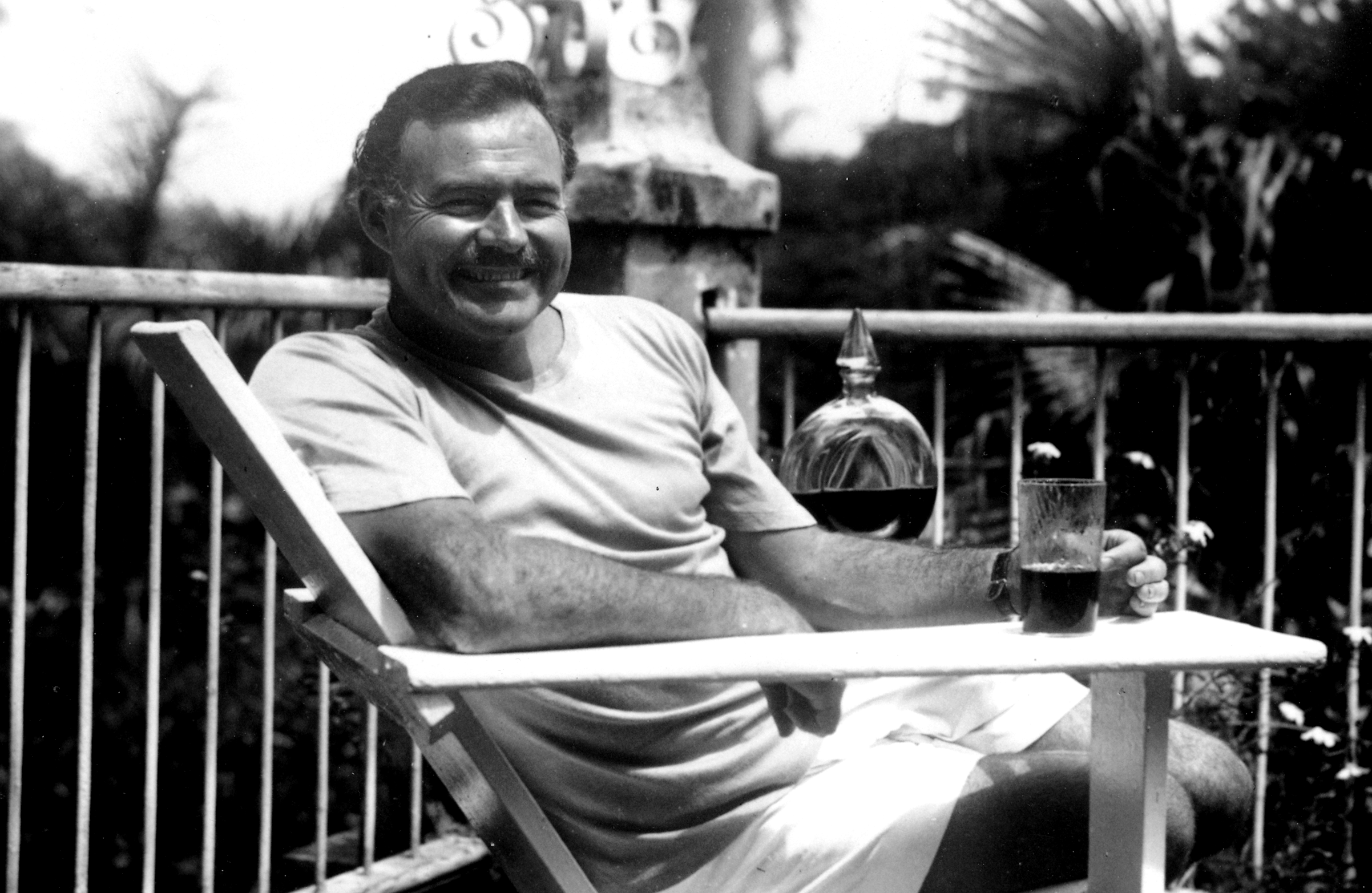 Ernest_Hemingway_at_the_Finca_Vigia,_Cuba_1946