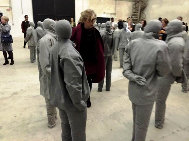 Elena Liverani, que ha traducido KASSEL NON INVITA ALLA LOGICA al italiano, rodeada de chinos ayer en Milán.